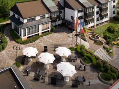Luftaufnahme des Aussenbereichs des Restaurant Roemerterrasse in Ransbach-Baumbach